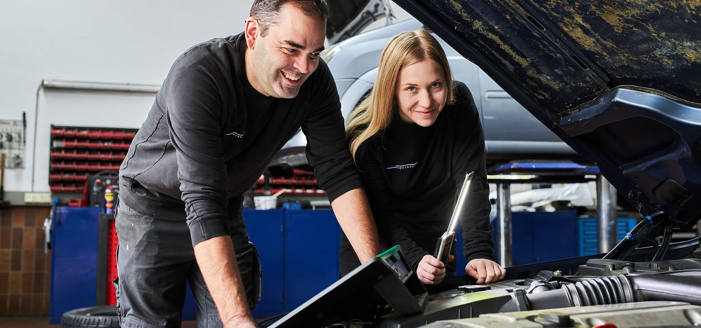 kfz-rueenauver-werkstatt-reparatur-mitarbeiter-auto